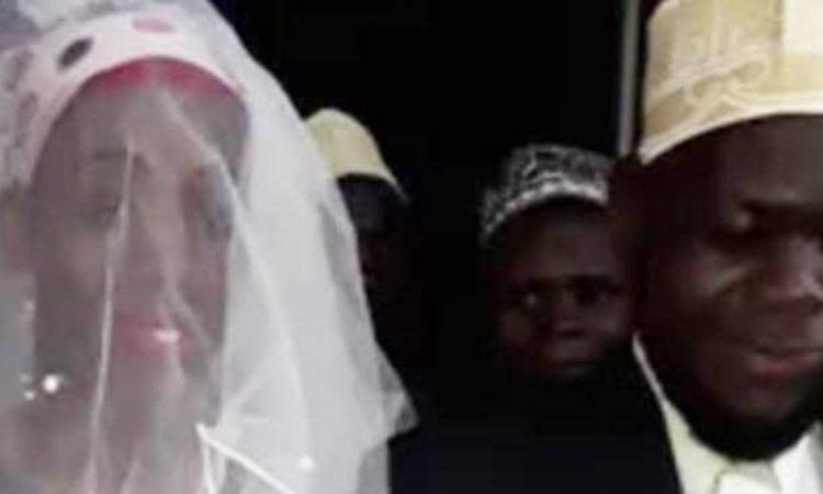Thầy tế Mohammed Mutumba và cô dâu trong đám cưới hồi cuối tháng 12. Ảnh: Daily Monitor.