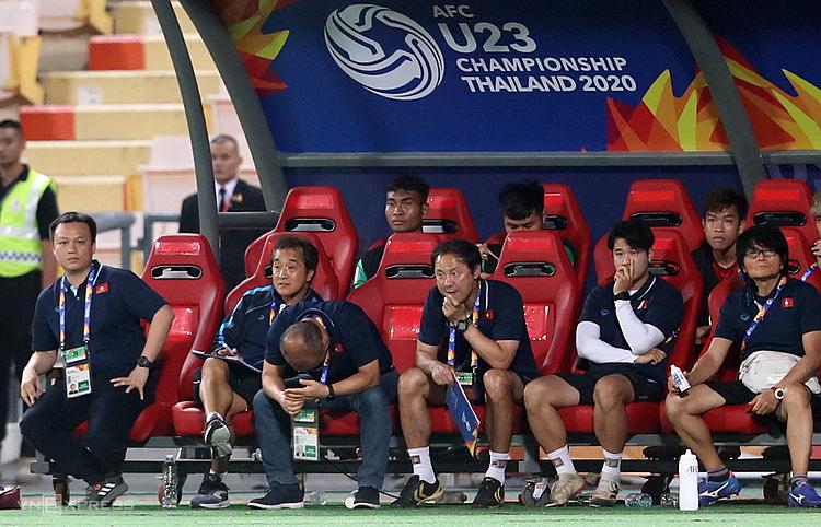 HLV Park Hang-seo cúi đầu thất vọng khi chứng kiến các cầu thủ Việt Nam thua ngược Triều Tiên tối 16/1. Ảnh: Đức Đồng.