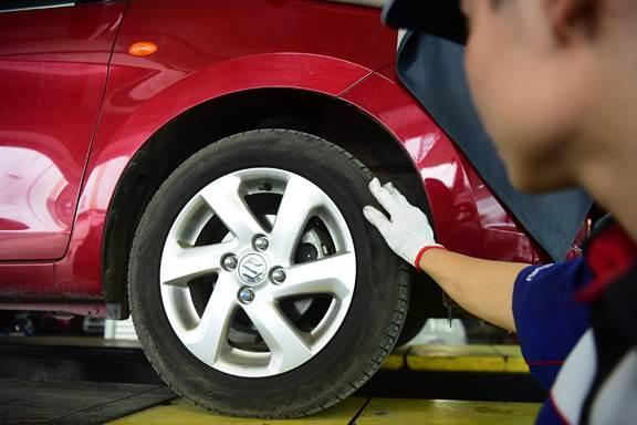 Lốp xe luôn cần được kiểm tra áp suất đúng chuẩn.