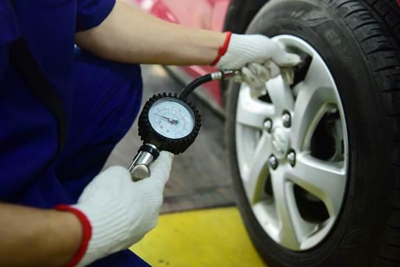 Lốp ôtô cần được bơm đúng áp suất tiêu chuẩn nhằm tối ưu mức tiêu hao nhiên liệu.