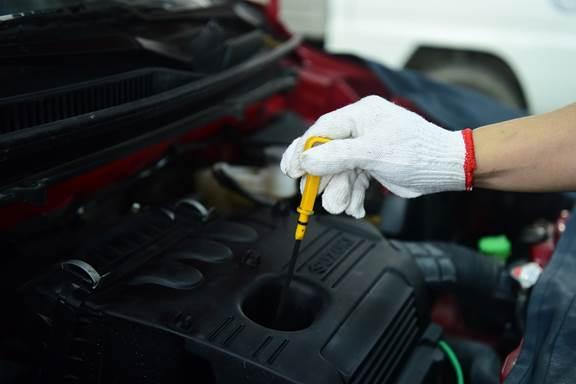Kiểm tra mức dầu động cơ bằng que thăm trên Suzuki Celerio.