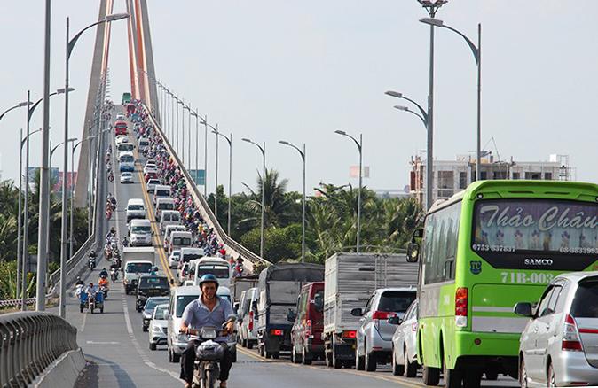 Cầu Rạch Miễu thường kẹt xe nghiêm trọng dịp lễ, Tết. Ảnh: Hoàng Nam.