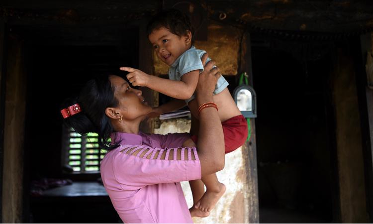 Asha Charti Karki bế con gái hai tuổi tại nhà riêng ở Nepal. Ảnh: AFP.