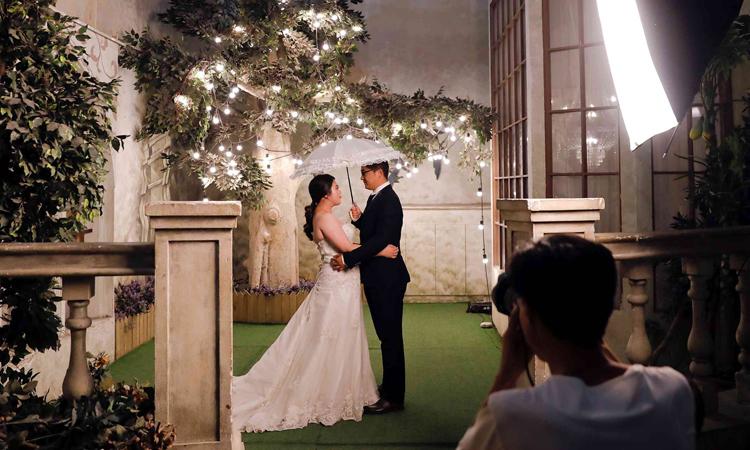 Đôi vợ chồng sắp cưới chụp ảnh tại phim trường Golden Ladies ở thành phố Bắc Kinh năm 2017. Ảnh: Reuters.