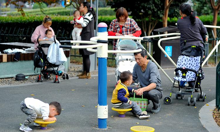Những đứa trẻ chơi tại công viên thành phố Kim Hoa, Chiết Giang tháng 11/2018. Ảnh: Reuters.