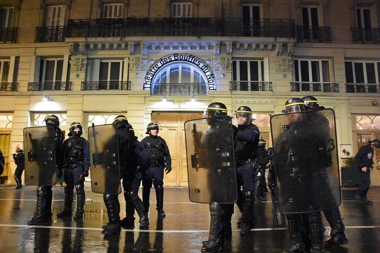 Lực lượng an ninh bên ngoài rạp hát Les Bouffes du Nord hôm 17/1. Ảnh: Twitter/Charles Baudry
