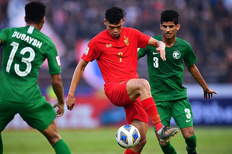 Supachai (đỏ) không có nhiều bóng trong thế trận lép vế của Thái Lan. Ảnh: AFC.