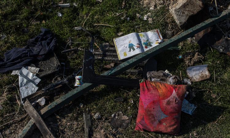 Đồ của nạn nhân tại hiện trường vụ rơi máy bay Ukraine ở Iran hôm 8/1. Ảnh: NY Times.