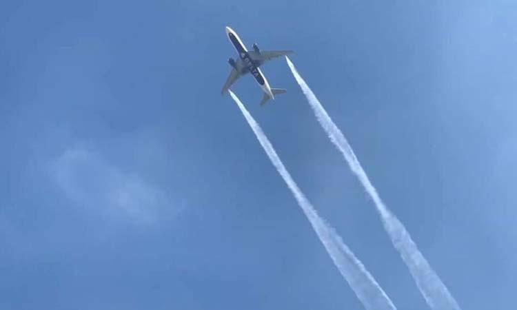 Hình ảnh máy bay của Delta Air Lines xả nhiên liệu hôm 14/1. Ảnh: CNN.
