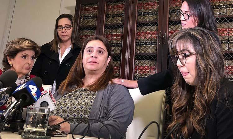 Luật sư Allred (ngoài cùng bên trái) và 4 giáo viên khởi kiện Delta Air Lines phát biểu tạihọp báo ngày 17/1. Ảnh: AP.