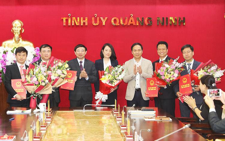 Lãnh đạo tỉnh Quảng Ninh tặng hoa chúc mừng 5 lãnh đạo cấp sở mới. Ảnh: Đỗ Phương