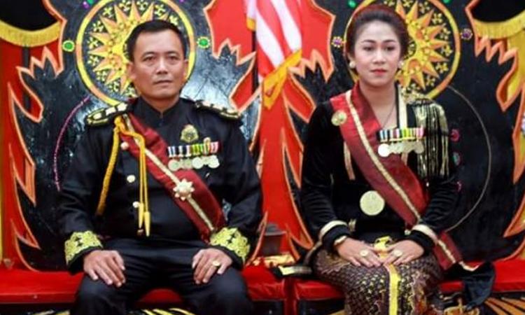 Người tự xưng vua Santoso (trái)và đối tác nữ của ông. Ảnh: Twitter/Newspaper24.