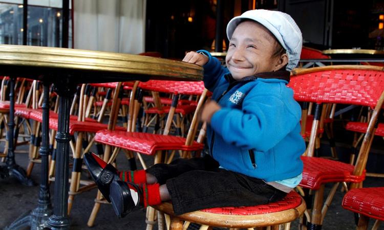 Magar chụp ảnh tại quán cà phê ở Paris tháng 10/2011. Ảnh: AFP.