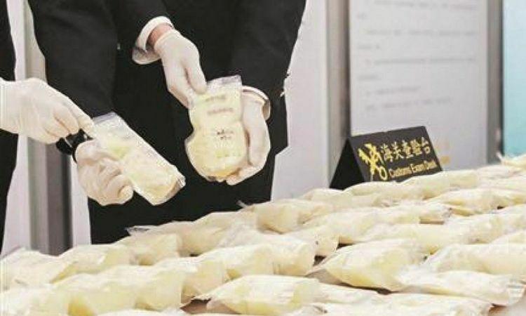 Nhân viên hải quan sân bay quốc tế Tấn Giang Tuyền Châu, tỉnh Phúc Kiếnkiểm tra số sữa mẹ đông lạnh bị tịch thu. Ảnh: SCMP.