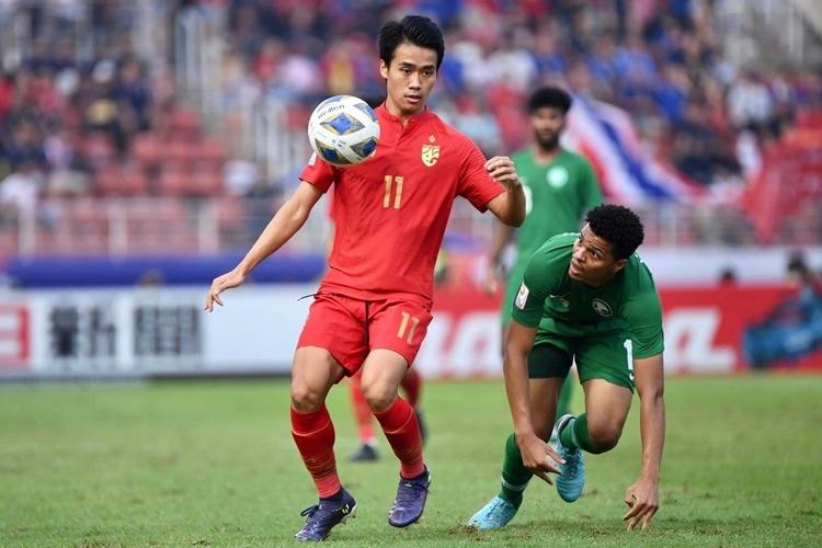 So với SEA Games 30, lối chơi của Thái Lan (áo đỏ) sắc nét và ổn định hơn hẳn. Ảnh: FAT.