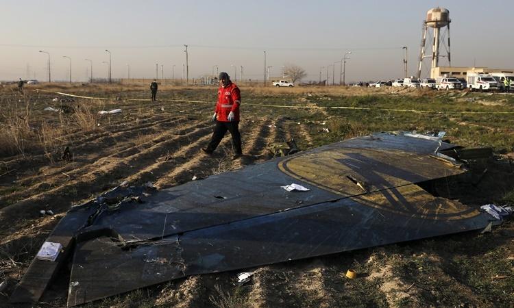 Mảnh vỡ máy bay Ukraine tại hiện trường. Ảnh: AP.