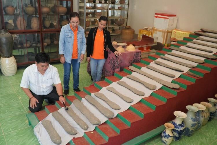 Ông Ẩn giới thiệu bộ đàn đá 20 thanh niên đại 3.500 tuổi độc nhất vô nhị Việt Nam. Ảnh: Việt Quốc