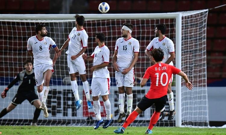 Tuyệt phẩm sút phạt của LeeDong-gyeong (áo đỏ). Ảnh: AFC.
