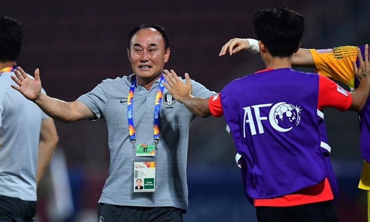 Niềm vui của HLVKim Hak-bum sau chiến thắng phút cuối. Ảnh: AFC.