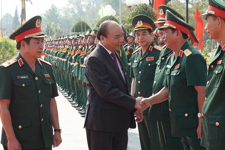 Thủ tướng thăm, làm việc với lãnh đạo, cán bộ, chiến sĩ, học viên trường Sĩ quan Lục quân 2. Ảnh: XH