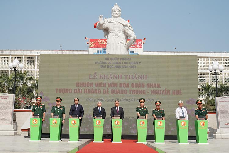 Thủ tướng Nguyễn Xuân Phúc dự lễ khánh thành khuôn viên văn hoá quân nhân, tượng đài Hoàng đế Quang Trung - Nguyễn Huệ. Ảnh: XH