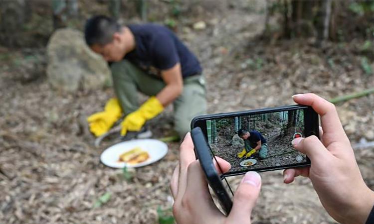 Ngày càng nhiều nông dân Trung Quốc biết livestream bán hàng. Ảnh: AFP.