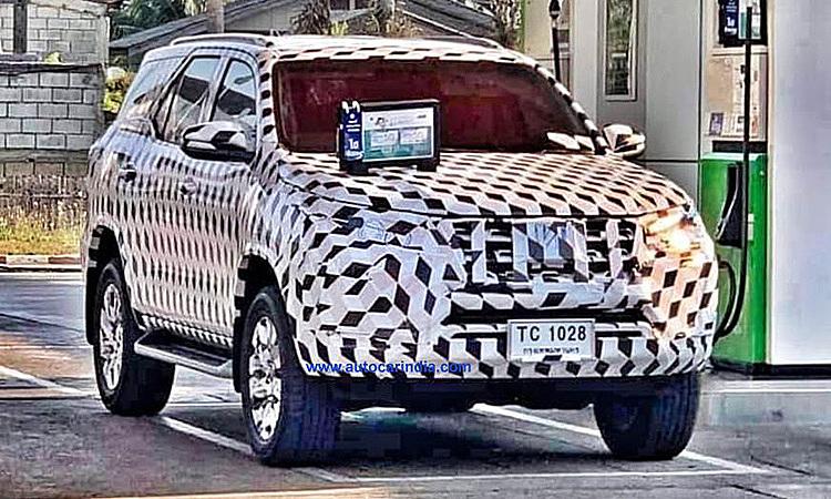 Toyota Fortuner bản nâng cấp trên đường phố Thái Lan.
