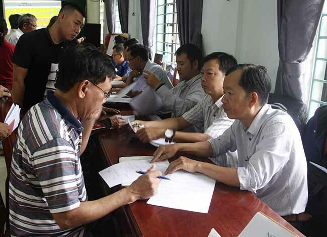 Người dân sống ở Thượng Thành đi bốc thăm chon đất. Ảnh: Võ Thạnh