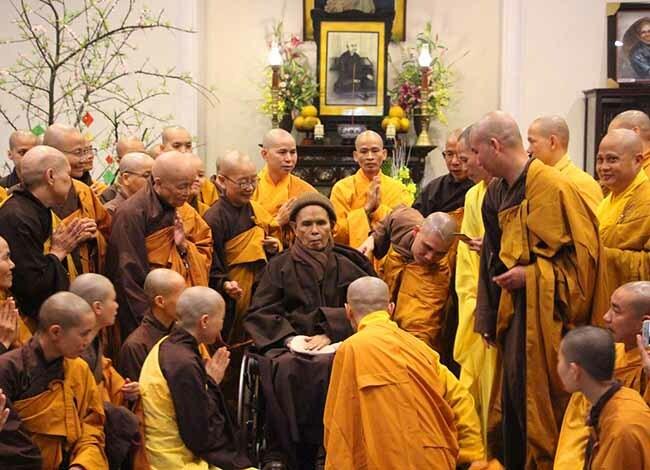 Thiền sư Thích Nhất Hạnh gặp gỡ phật tử trong ngày đầu năm Kỷ Hợi. Ảnh: Võ Thạnh