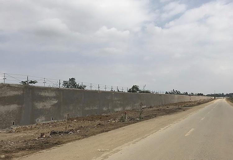 Bức tường rào sân bay Miếu Môn đã xây xong. Ảnh: Phong Vân.