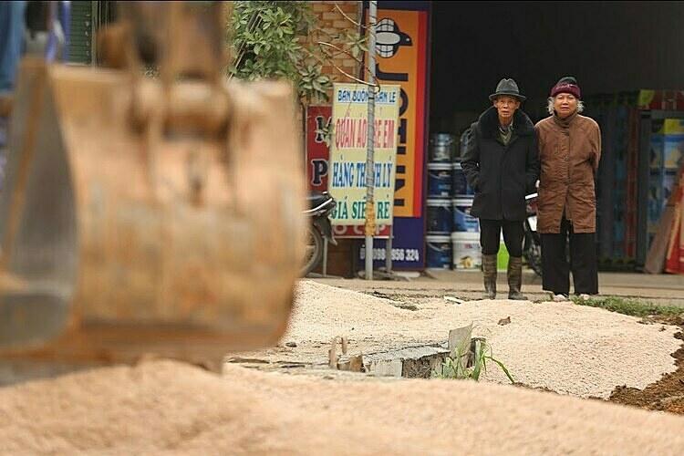 Một đoạnđường làng đang được tu sửa, trải bê tông. Ảnh: Phong Vân.