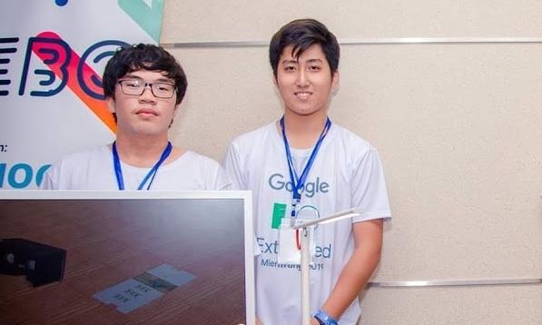 Nguyễn Quang Đức (trái) và Nguyễn Đình Trí trong buổi ra mắt Rebo tại cuộc thi Google I/O Extended MienTrung 2019. Ảnh Google I/O Extended