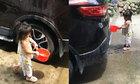 Cô bé bị ướt hết người khi rửa xe