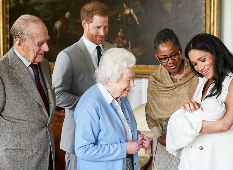 Vợ chồng Nữ hoàng Anh thăm Archie hồi tháng 5/2019. Ảnh: PA.