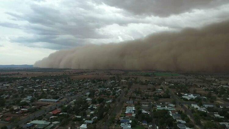 Bão bụi càn quét qua thị trấn Narromine, bang New South Wales, đông nam Australia hôm 19/1. Ảnh: Guardian.