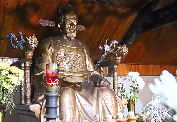 Tượng Bùi Cầm Hổ đặt trong đền. Ảnh: Đức Hùng
