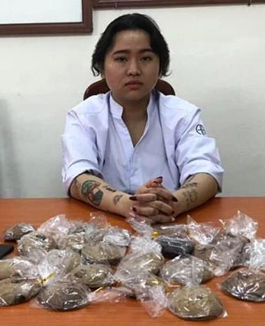 Nguyễn Lan Hương cùng tang vật tại cơ quan điều tra. Ảnh. Công an cung cấp