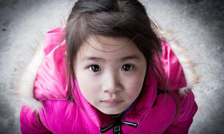 Đứa trẻ bị bỏ lại phía sautrong dự án Peasantography của Tami Xiang. Ảnh: ABC News.