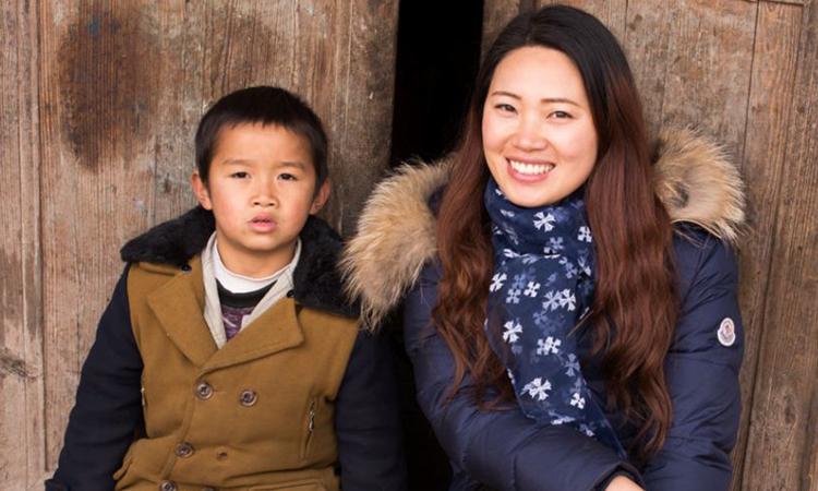 Tami Xiang (phải) chụp ảnh cùng đứa trẻ trong dự án Peasantography. Ảnh: ABC News.