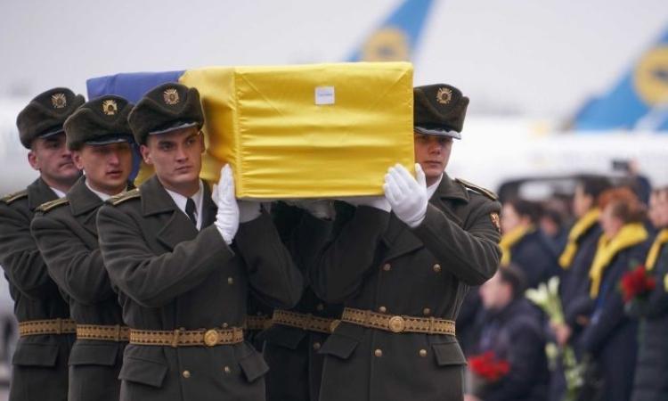 Các binh sĩ khiêng linh cữu nạn nhân thiệt mạng trên chiếc Boeing 737 bị Iran bắn nhầm tại sân bay quốc tế Boryspil, Ukraine, hôm qua. Ảnh: Reuters.