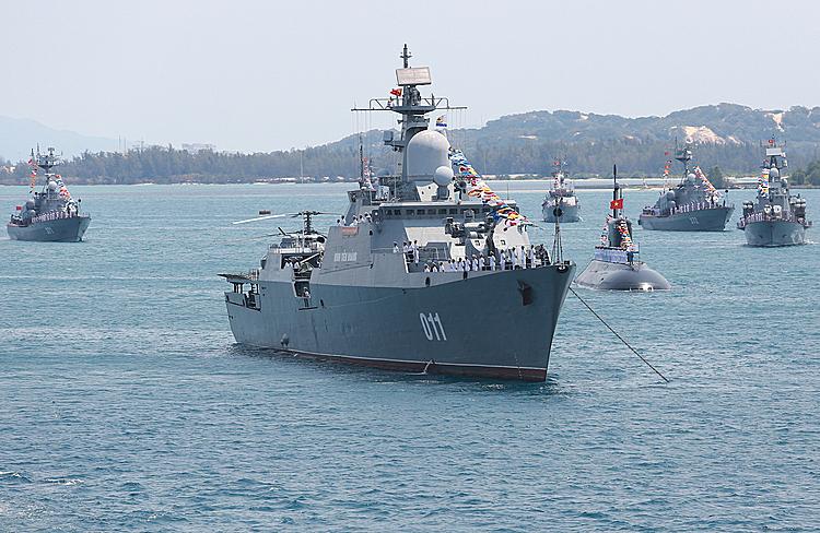 Chiến hạm Đinh Tiên Hoàng phối hợp với tàu ngầm Kilo 182 - Hà Nộiduyệt đội hình trên biển tại lễ kỷ niệm 60 năm thành lập Hải quân Việt Nam tại quân cảng Cam Ranh(Khánh Hoà) năm 2015. Ảnh: Thành Nguyễn.