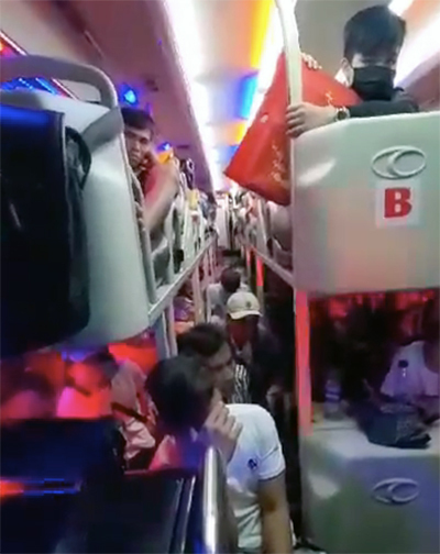 Xe khách chở quá 42 người bị phát hiện ở Đồng Nai. Ảnh: Thái Hà