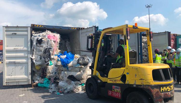 Rác thải được chất vào container để gửi trả các quốc gia khác tại Malaysia hồi tháng 5/2019. Ảnh: CNN