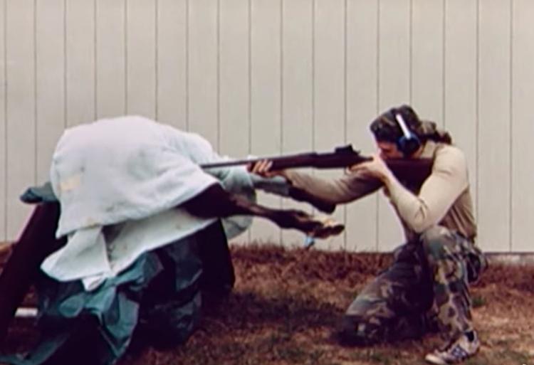 Thực nghiệm hiện trường cho thấy tiếng súng dí sát cơ thể không to. Ảnh: Filmrise.