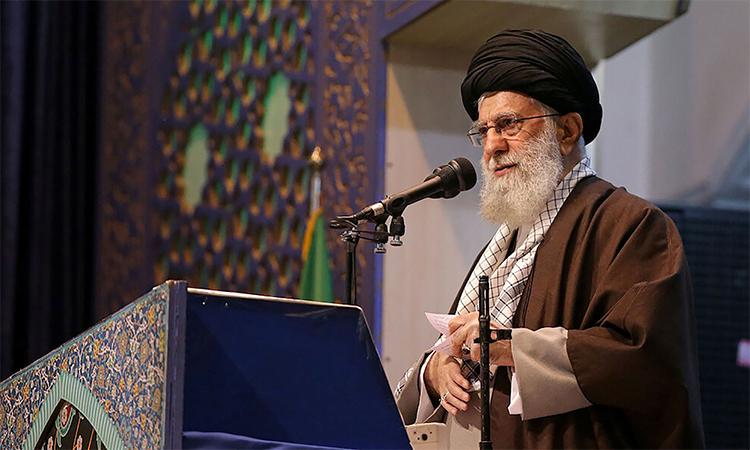 Lãnh tụ tinh thần tối cao Iran Ali Khamenei trong buổi cầu nguyện ngày 18/1 tại Tehran. Ảnh: Reuters.