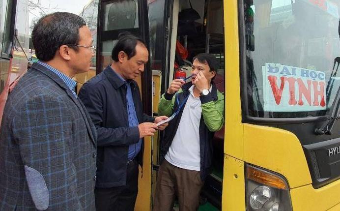 Thứ trưởng Giao thông Vận tải Lê Đình Thọ kiểm tra công tác vận tải Tết tại bến xe Nước Ngầm ngày 17/1. Ảnh: BGT
