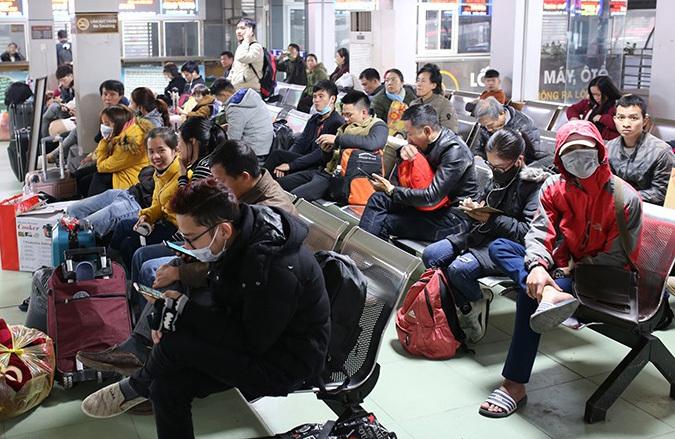 Người dân đợi xe về quê đón Tết tại bến xe Nước Ngầm. Ảnh: Tất Định