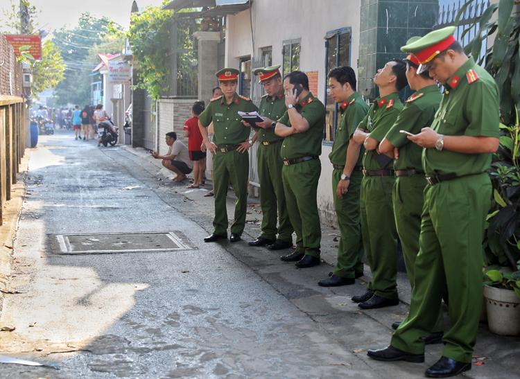 Cảnh sát phong tỏa hiện trường vụ hỏa hoạn. Ảnh: Quỳnh Trần.