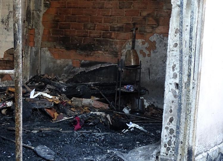 Bên trong nhà bà Huệ sau vụ cháy. Ảnh: Hà An.