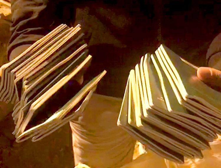 [27 cuốn hộ chiếu được tìm thấy nhờ lục tìm ở bãi rác. Ảnh: Ngọc Quang.